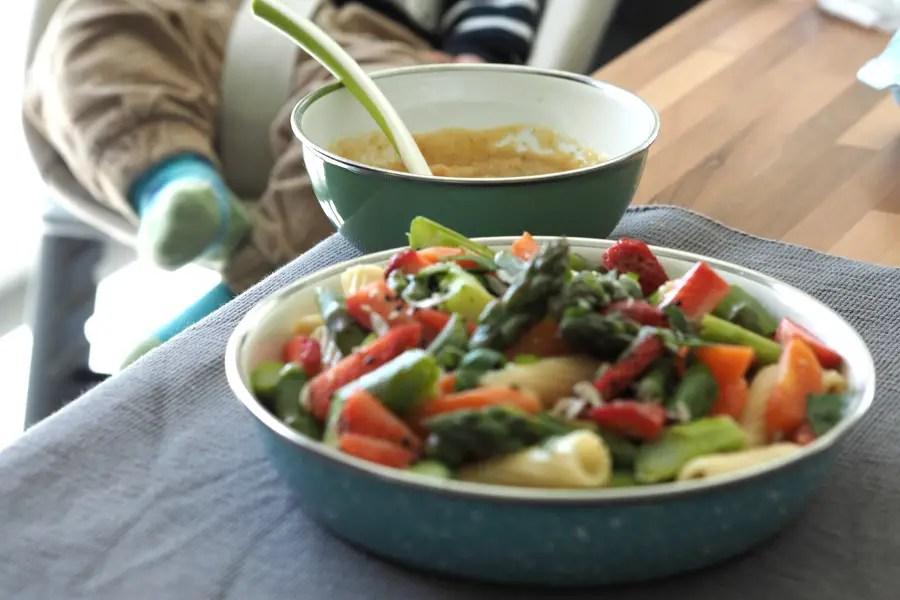 erdbeer spargel salat rezept karotten nudelsalat einfach vegan vegetarisch frühling blitzrezept resten babybrei