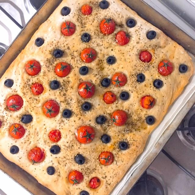 Focaccia senza impasto olive e pomodorini cotta