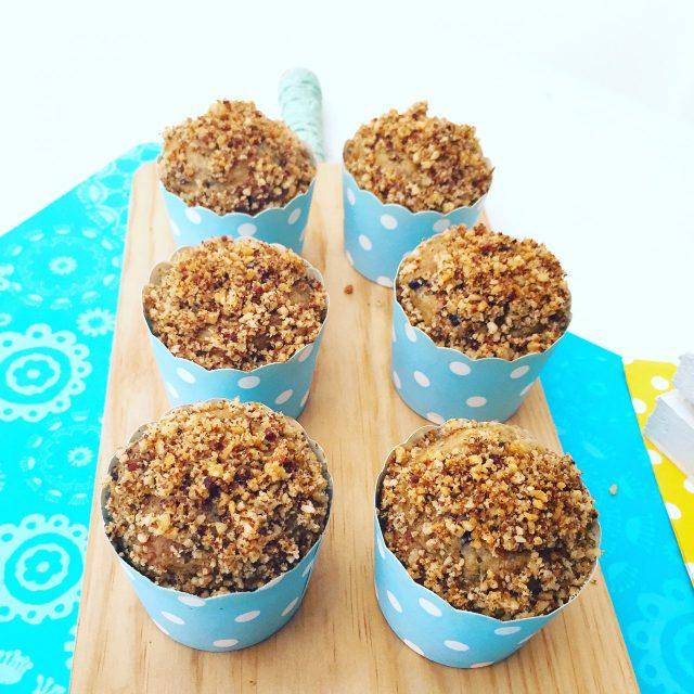 Muffin banane e cioccolato con noci su tagliere