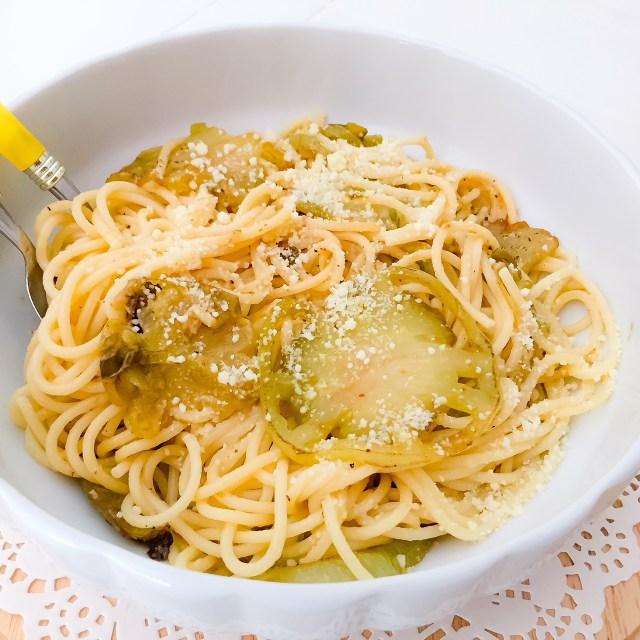Spaghetti al pomodoro verde nell'insalatiera bianca