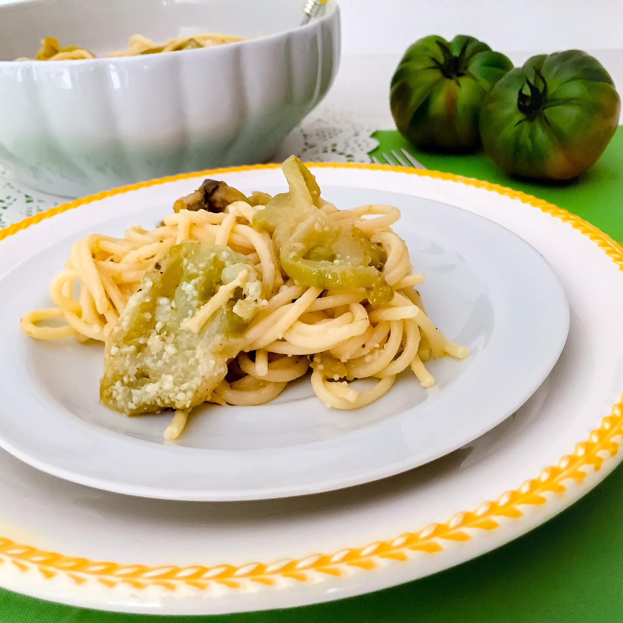 Spaghetti al pomodoro verde_in piatto bianco e giallo