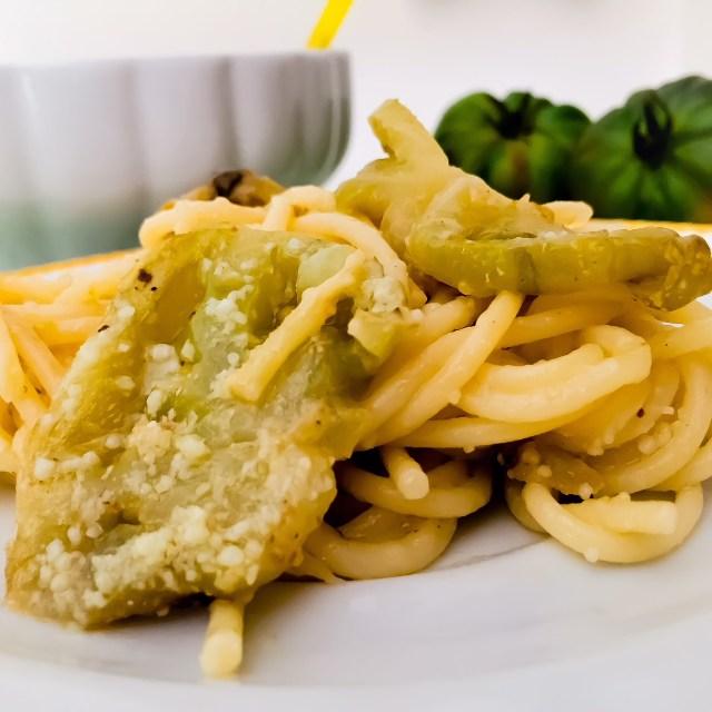 Spaghetti al pomodoro verde_in primo piano