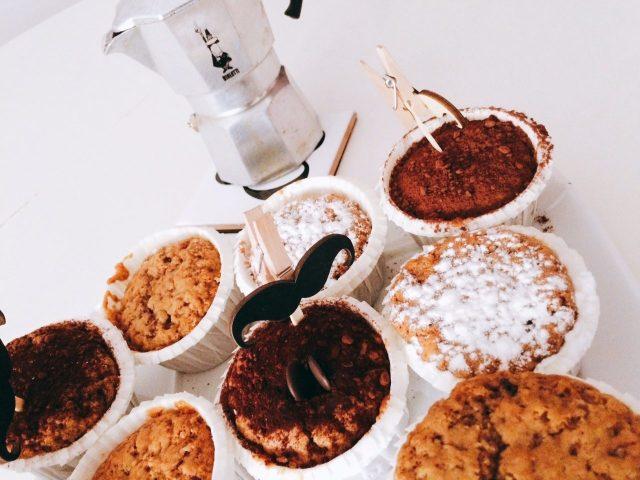 Muffin al caffè su vassoio