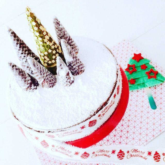 Torta caprese natalizia con bosco di coni gelato