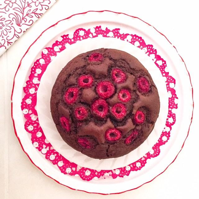 Torta all'acqua con farro, cacao e lamponi