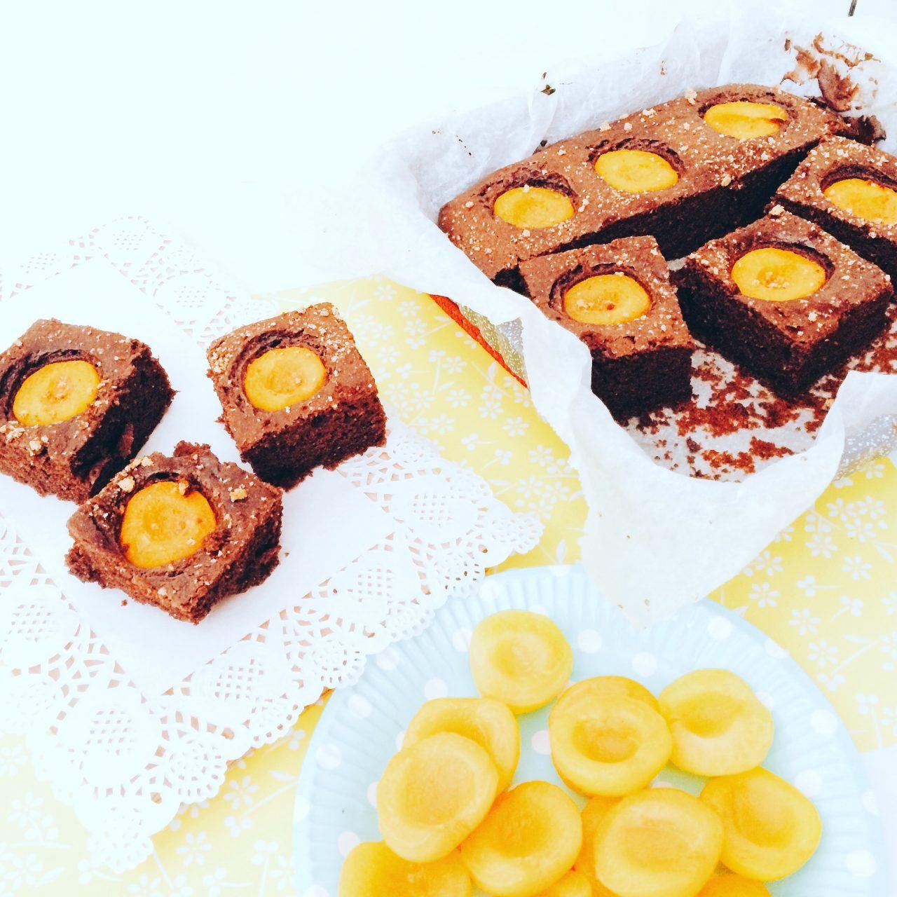 Quadrotti al cacao e albicocche con ricotta nell'impasto