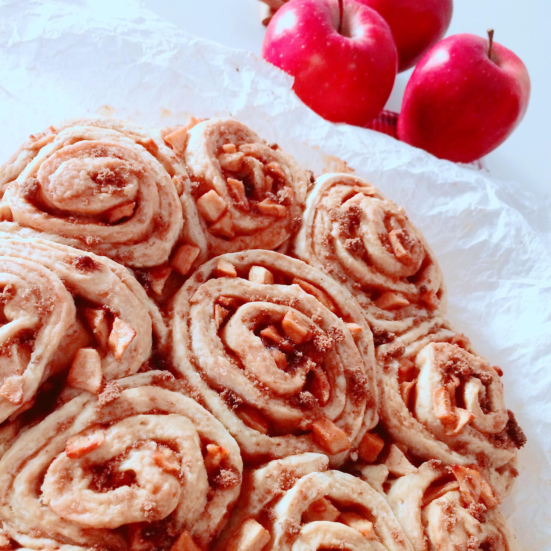 Torta di mele cinnamon rolls senza lievitazione con mele rosse