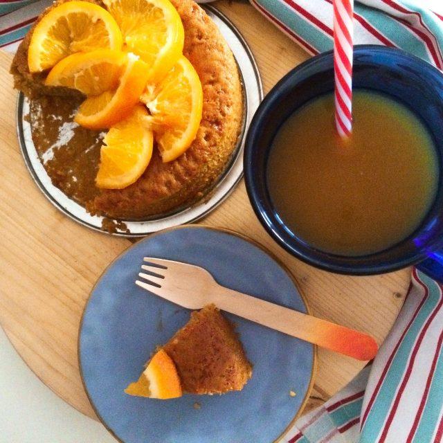Torta al miele e spremuta di arancia servita per colazione