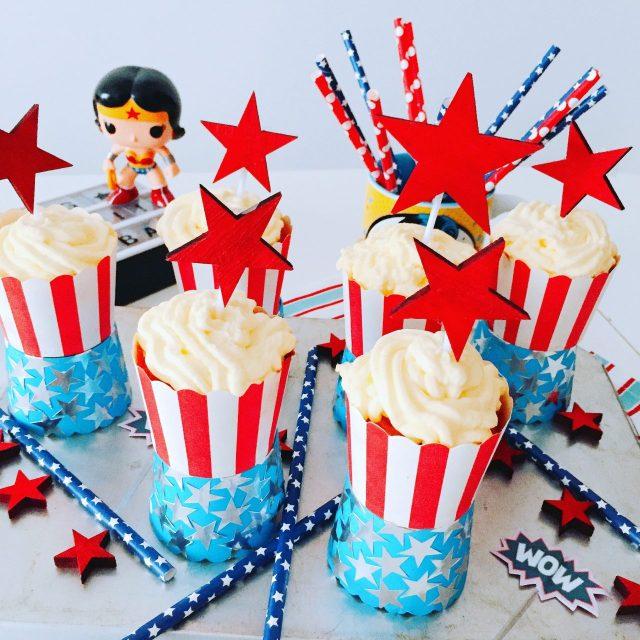 Cupcake pan di limone con stelle e Wonder Woman