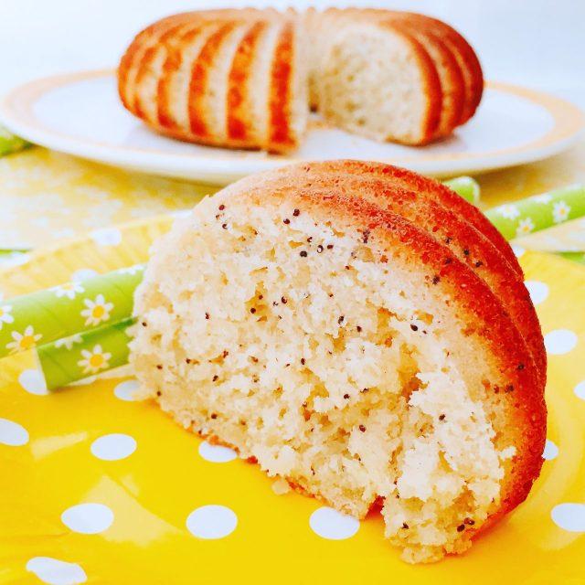 Torta pan di limone con semi di papavero e una fetta in primo piano