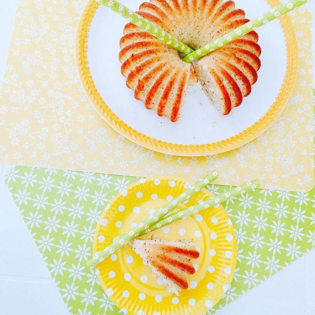 Torta pan di limone con semi di papavero e fetta vista dall'alto