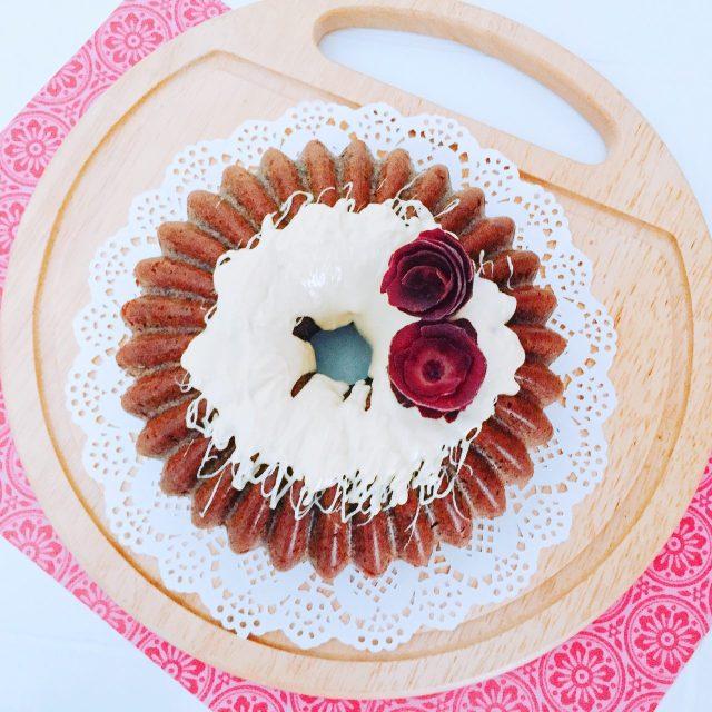 One bowl cake di carote viola, nocciola e cioccolato bianco_decorata