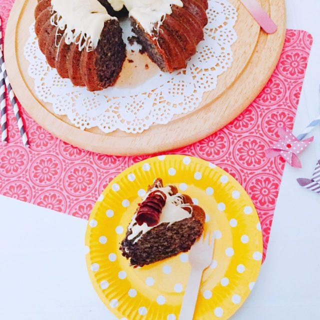 One bowl cake di carote viola, nocciole e cioccolato bianco_dall'alto con fetta e piatto giallo