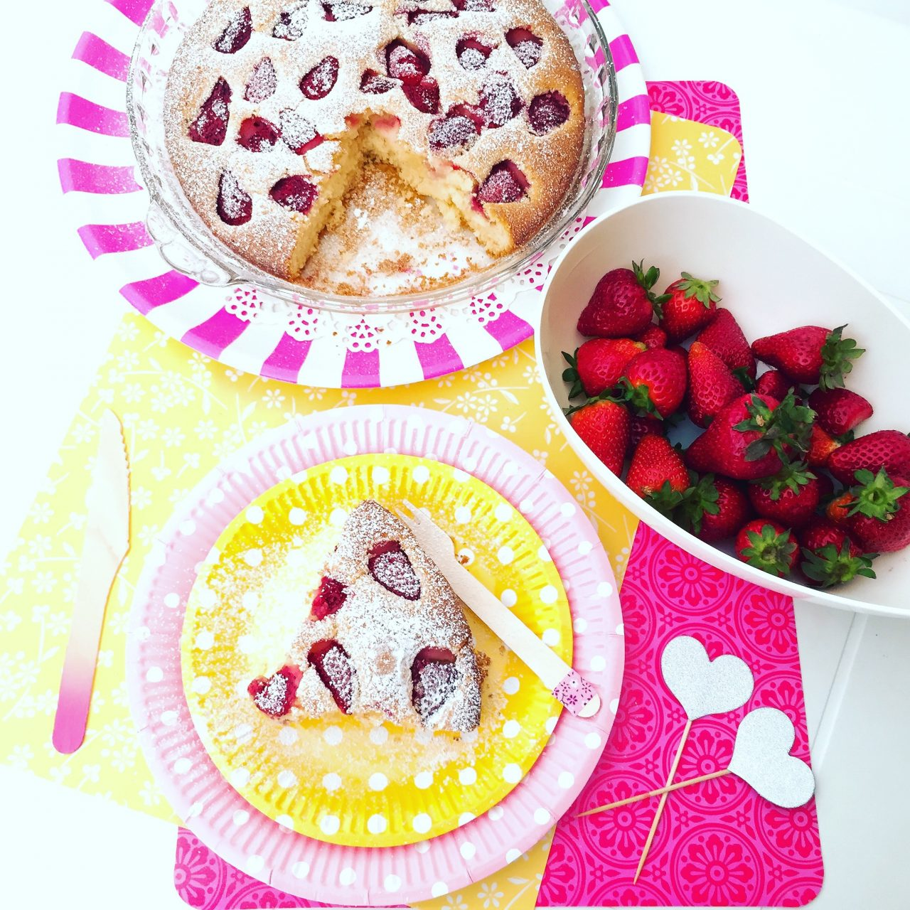 Torta della suocera con fragole e zucchero a velo