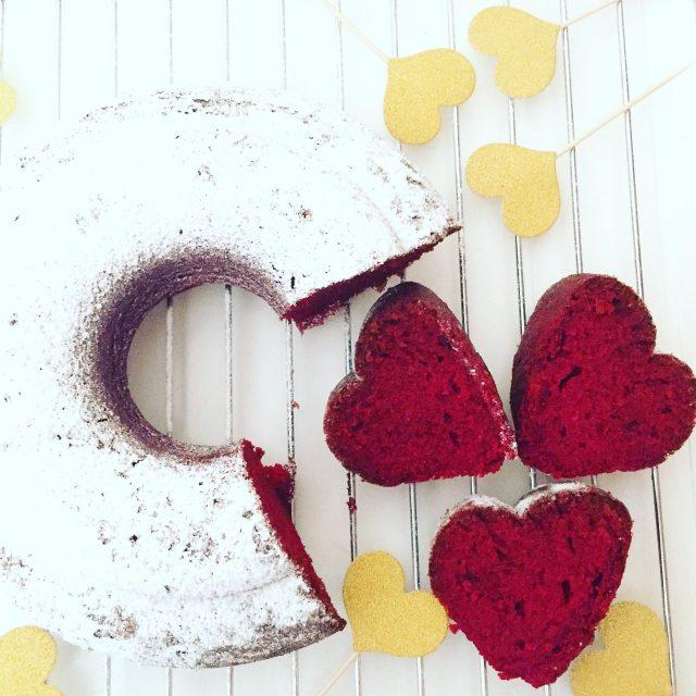 Ciambell red velevet su tavolo bianco