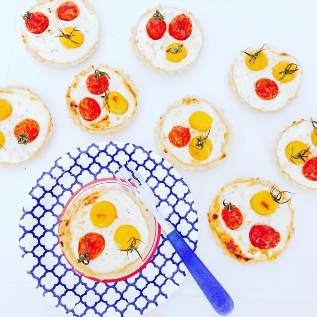Tartellette semidolci ricotta yogurt e pomodorini piatto estivo