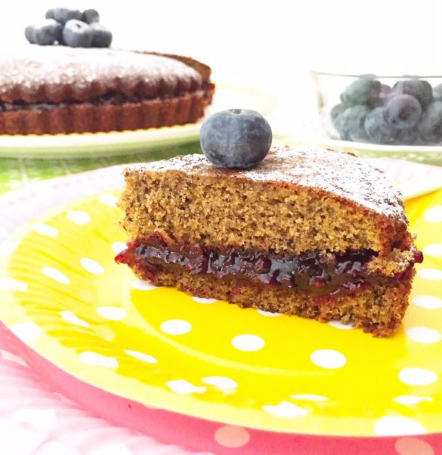 Torta morbida al grano saraceno e marmellata con frutti di bosco con fetta