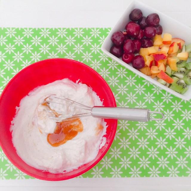 Frozen yogurt bark alla frutta_preparazione