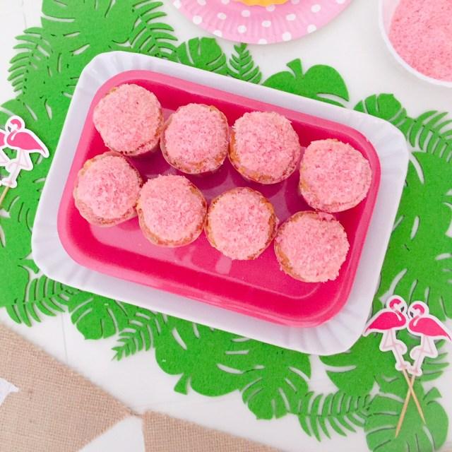 Muffin al cioccolato bianco e cocco (rosa)_su vassoio