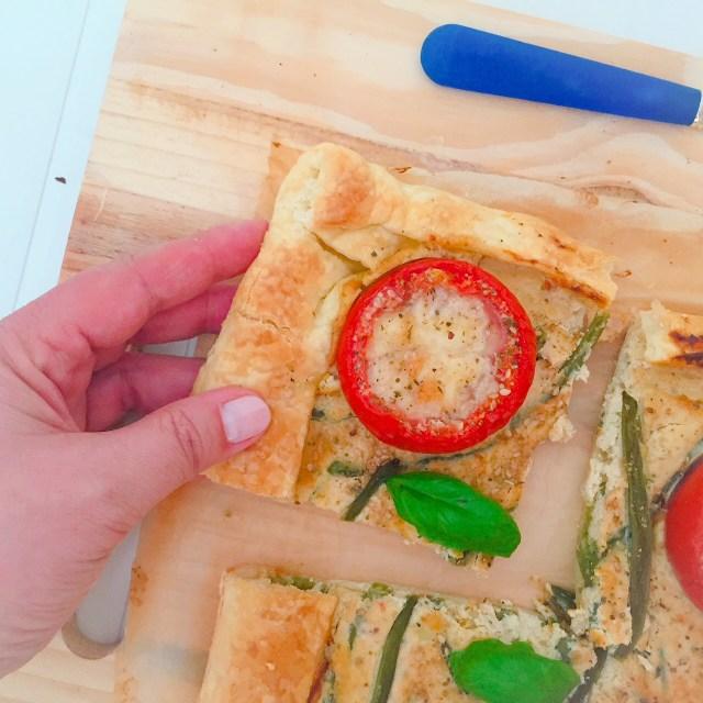 Torta di sfoglia ricotta fagiolini e pomodori ripieni e fetta primo piano