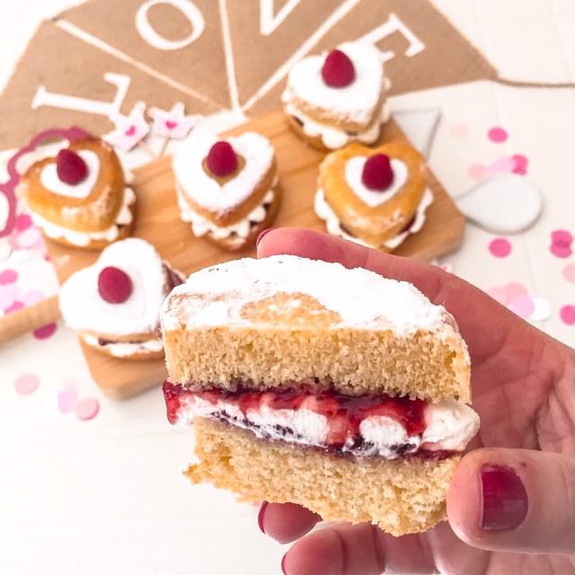 Mini Victoria sponge cake a metà