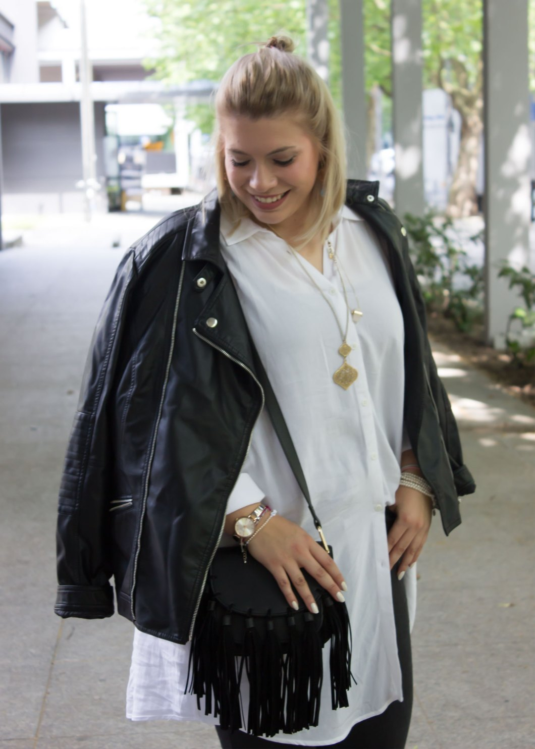 missesviolet-fashion-outfits-fashionweek-berlin-outfit-black-and-white-with-happy-size-5