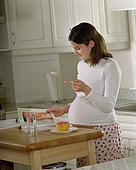 Какие фрукты можно при кормлении грудью: список разрешенных и нормы употребления