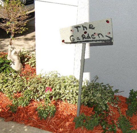 Outdoor Ladybug Garden Party Sign | missfrugalfancypants.com