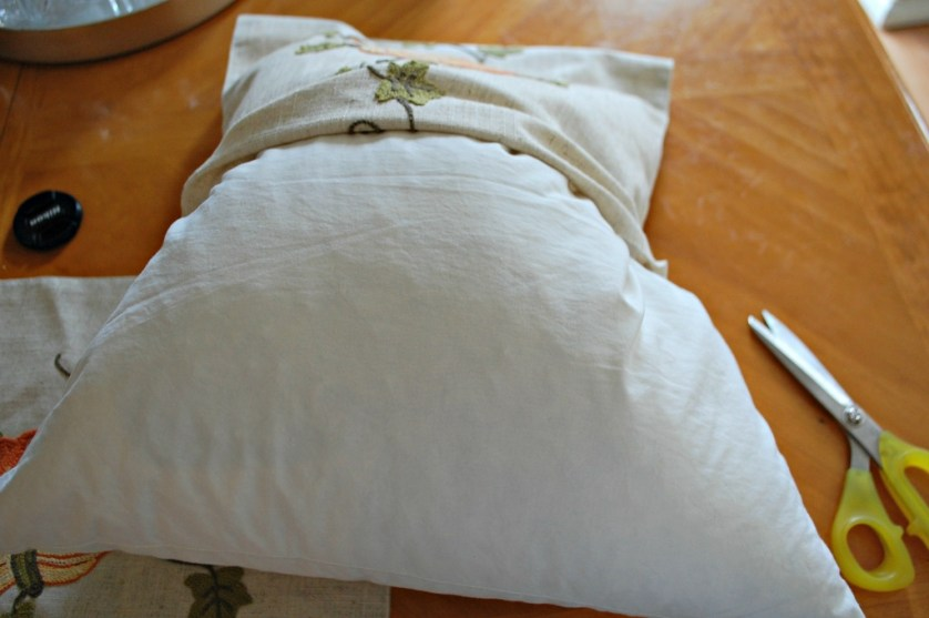Easy DIY No Sew Pillows from a Table Runner | missfrugalfancypants.com
