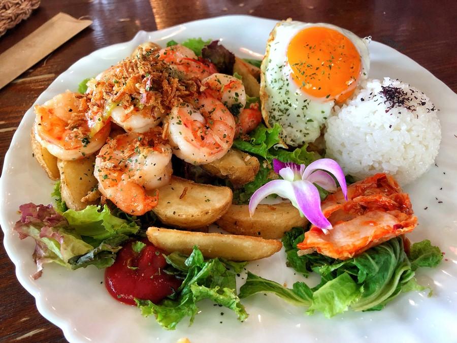 沖繩系滿美食【Hawaiian Pancake Cafe KOA】這裡也有無敵海景配蝦蝦飯!還有生菜沙拉吧吃到飽喔!