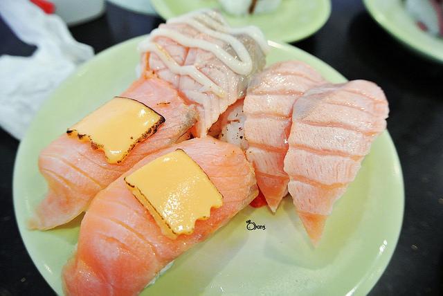 台中西屯美食【喜多樂迴轉壽司】均一價一盤只要18元!超便宜壽司店!這麼平價多吃幾盤都不心痛!