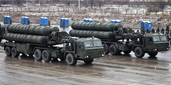 Russian Forces Receive New S-400 Regiment