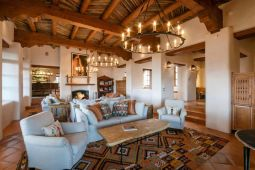 Современный дом в стиле Pueblo Revival. Источник http://santafeproperties.com