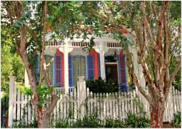 Архитектура США: экстерьер дома (стиль Bracket Shotgun) в Новом Орлеане. Источник http://www.nolahomes.net/