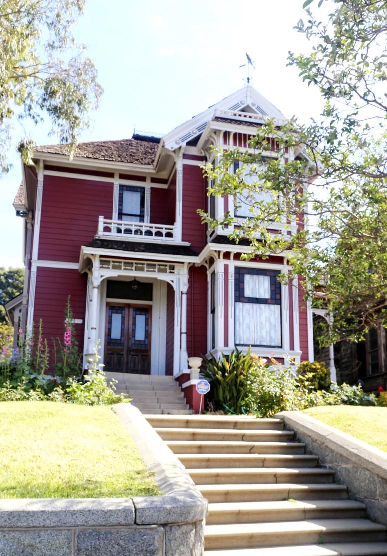 Дом сестер Холливелл из сериала Зачарованные. Находится в Лос-Анджелесе (по сюжету — в Сан-Франциско) и построен в викторианском стиле Истлейк/Стик. Источник http://www.thesnowfairy.com