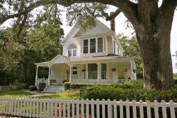 Дом в стиле Frame Vernacular, с элементами Gothic. Построен в городке Ocala, Флорида, в 1891 году. Называется «Chambliss House». Источник https://www.flickr.com/photos/blackdoll