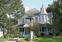 Дом в стиле Frame Vernacular, с элементами Queen Anne. Построен в городке Ocala, Флорида, в 1888 году. В данный момент заброшен. Источник https://www.flickr.com/photos/blackdoll
