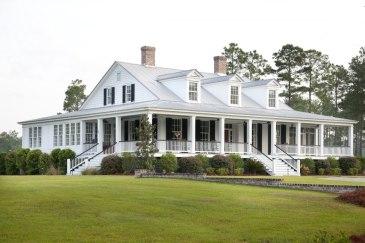 Двухуровневый дом в стиле Low Country (Tidewater). Построен в 1914 году и, по сути, является фермой ранчо. Расположен между Саванной и Чарльзтоном в штате Южная Каролина. Источник http://www.historicalconcepts.com/