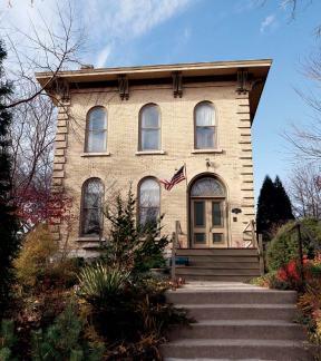 Дом в стиле Italianate, расположен в Милуоки. Построен в 1872 году. Источник http://www.oldhouseonline.com