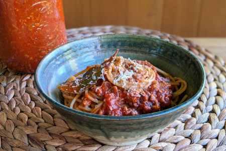 sauce bolognaise dans un pot et bol