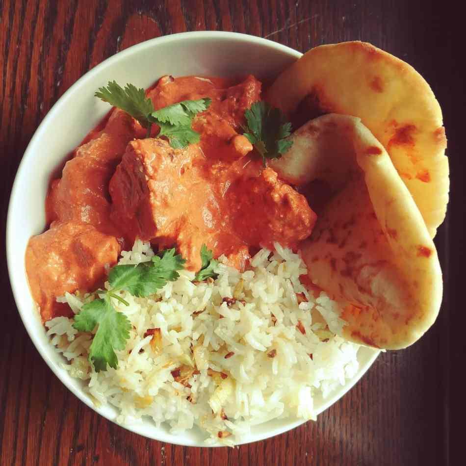 Poulet au beurre naan basmati pour un repas indien