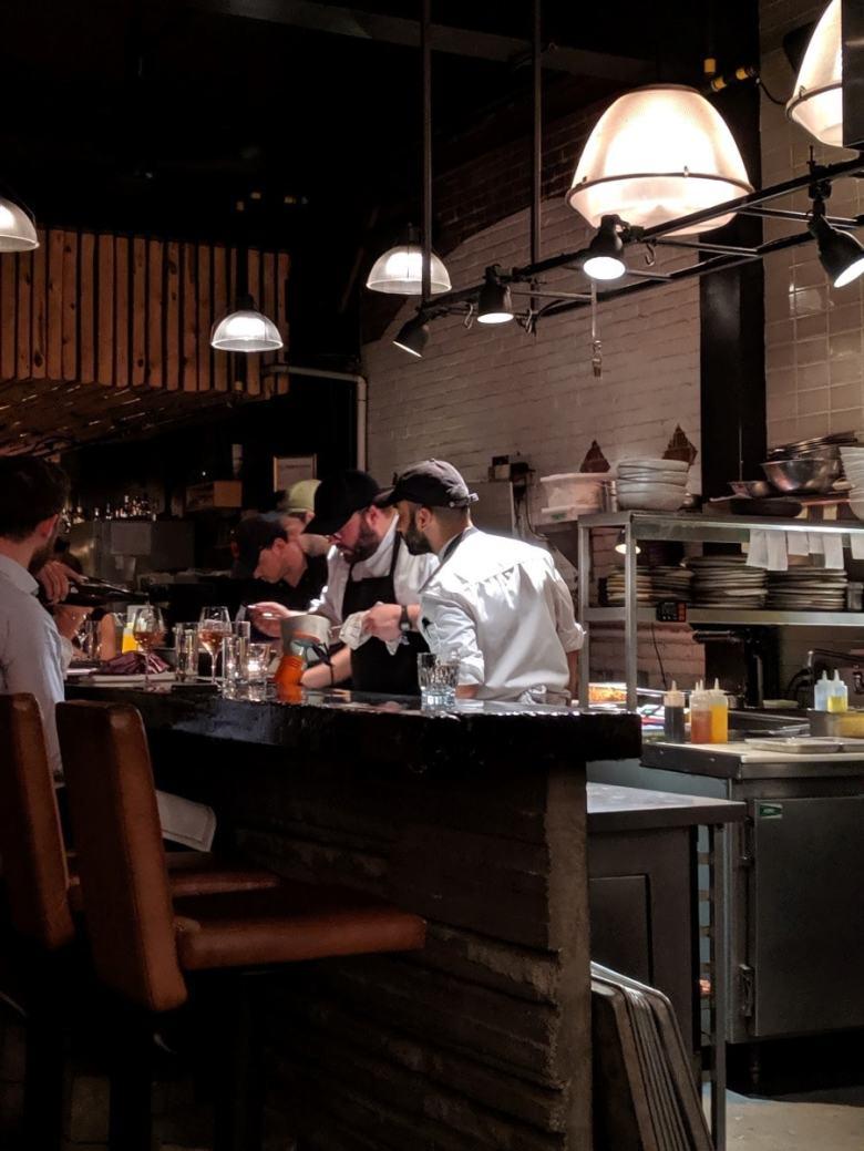 Simon Mathys à l'oeuvre dans la cuisine ouverte du restaurant Manitoba