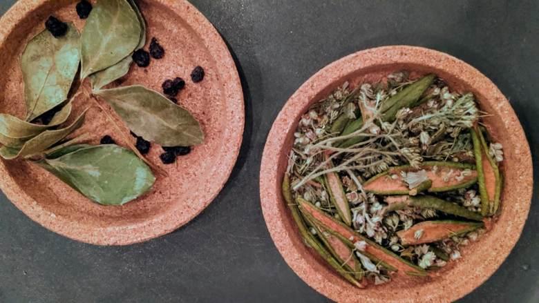 L'heure du thé avec des herbes et fleurs  locales