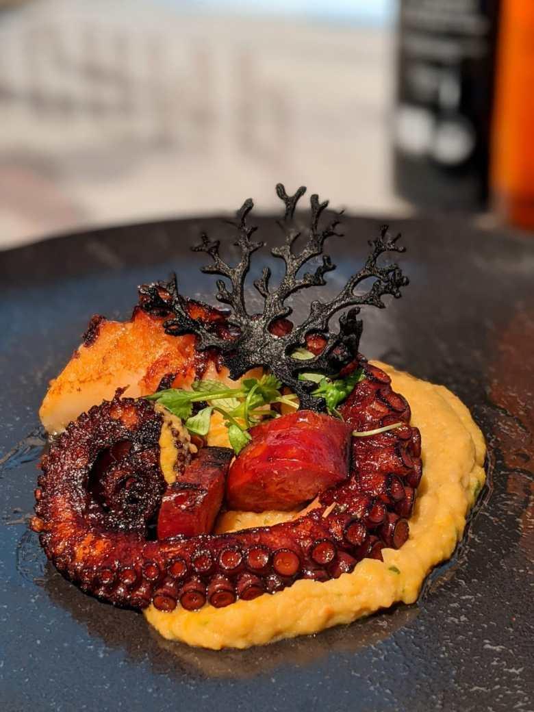 Le plat de Helena Loureiro Pieuvre, chouriço et purée de pois chiches
