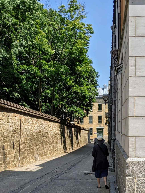 Dame qui marche rue Hôtel Dieu