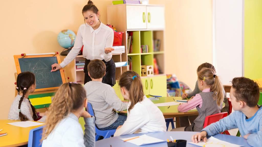 Maestra con bambini a scuola
