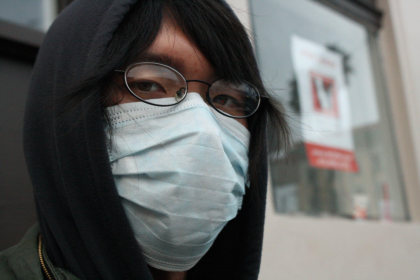 A young man from New York says he does not like the pollution in San Francisco, so he wears a mask.