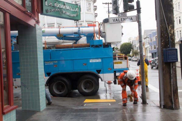 PG&E doing work at Valencia and 21st Street. Photo by Guadalupe González