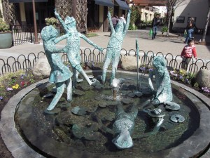 The fountain in question, at the Alameda South Shore Center. Photo courtesy of Waymarking.