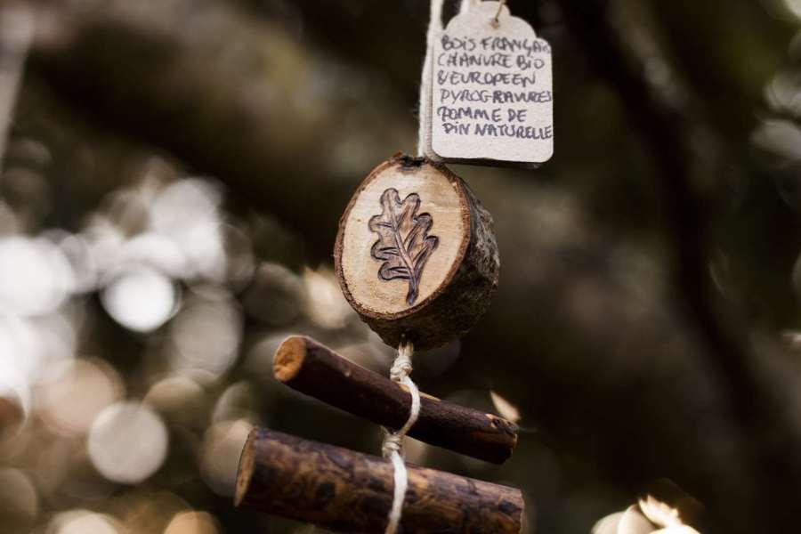 Feuille de chêne, détail d'une guirlande verticale en bois et chanvre bio, décoration personnalisable, animaux, artisanat français écoresponsable, atelier de La lettre aux ours, Missive to Bears